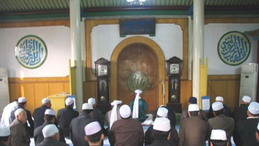 Large protests by Hui Muslims halt demolition of mosque in China